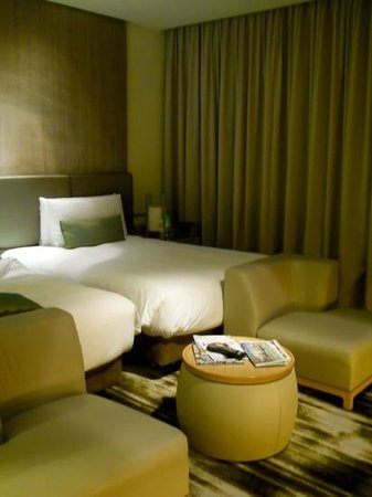 Crowne Plaza Changi Airport: a very comfortable bed with good lighting!