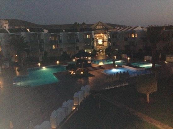 HG Tenerife Sur Apartments: Pool view at night