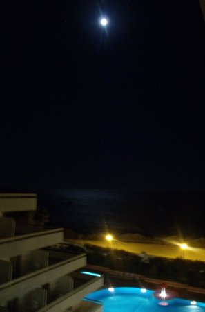 Hotel Luar: Night-time view