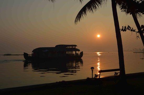 Kayaloram Heritage Lake Resort: Awesome early morning view