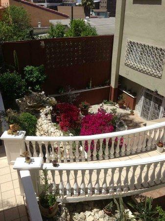 Sadie's Bed & Breakfast : Garden patio below pool area