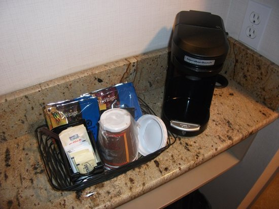 Country Inn & Suites By Carlson, Calgary-Airport, AB: I love these one-cup coffee things and need one for MY house!