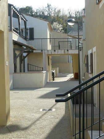 Residence Nemea Les Mazets Du Ventoux: passage piéton entre mazets C et G