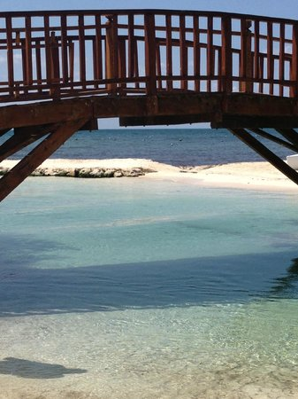 Hacienda Tres Ríos: bridge from hotel property to bigger beach