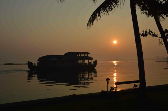 Kayaloram Heritage Lake Resort: Awesome view early in the morning