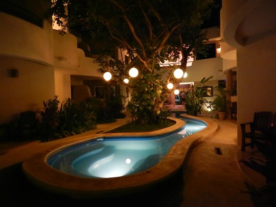 Hotel Posada 06 Tulum: Pool at night