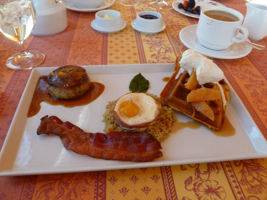 L'Auberge Provencale Bed and Breakfast: Breakfast is Served - YUM !!!