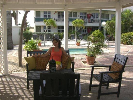MVC Eagle Beach: Area de Relax cerca de la piscina