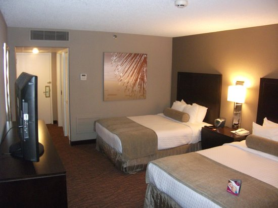 Crowne Plaza Miami Airport: Back towards the beds
