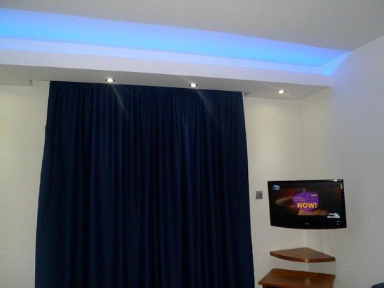 Loutsiana Hotel Apts : lovely blue lighting