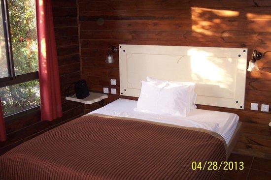 Merom Golan Resort Village: Bedroom window allows for a breeze