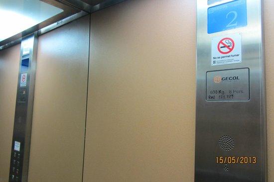 """Hotel Canton: Лифт """"говорящий"""" называет этаж."""
