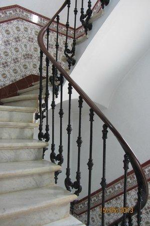 Hotel Canton: Красивая мраморная лестница (но лифт есть).