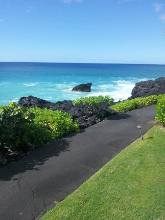 Sheraton Kona Resort & Spa at Keauhou Bay: Waves hitting the rocks