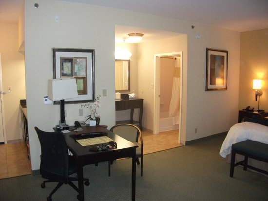 Hampton Inn Alpine: A shot into the bathroom and closet area with the sink between them