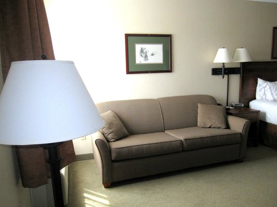 Boothill Inn & Suites: Living room area