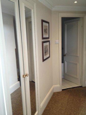 Macdonald Old England Hotel & Spa: Hallway from room to bathroom