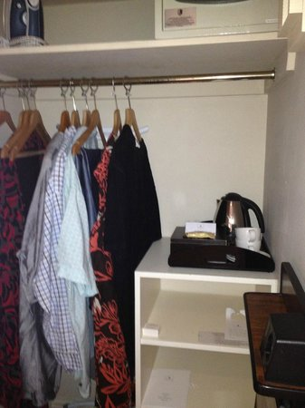 Macdonald Old England Hotel & Spa: A nice large hanging space to clothes stored outside of the main room
