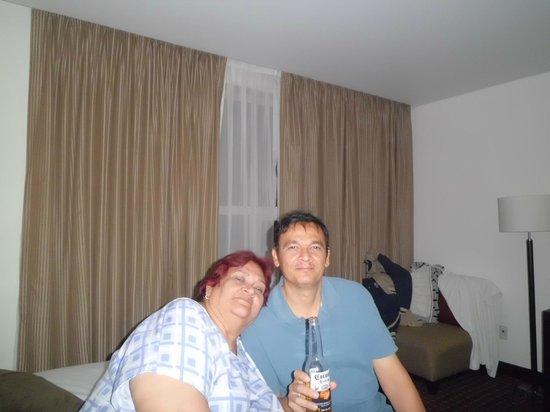 PF Suites: mi mama y yo en la habitacion
