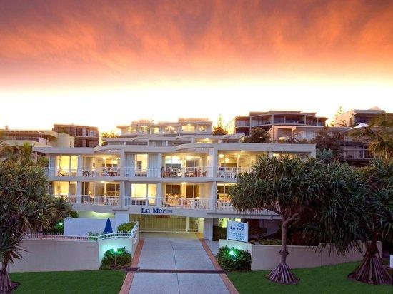 La Mer Beachfront Apartments: Front Entrance