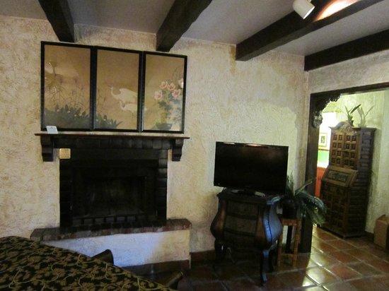 Villa Royale Inn: Fireplace in room
