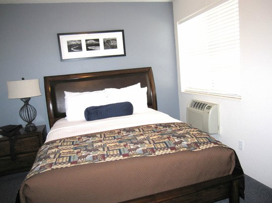 ‪‪Rodeway Inn and Suites‬: Master bedroom‬
