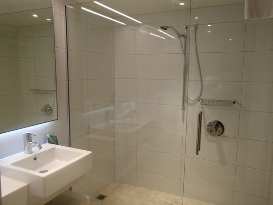 Commodore Airport Hotel, Christchurch: Shower in new Business Suites