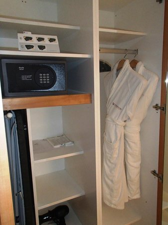 Commodore Airport Hotel, Christchurch: Cupboard and safe in new Business Suites