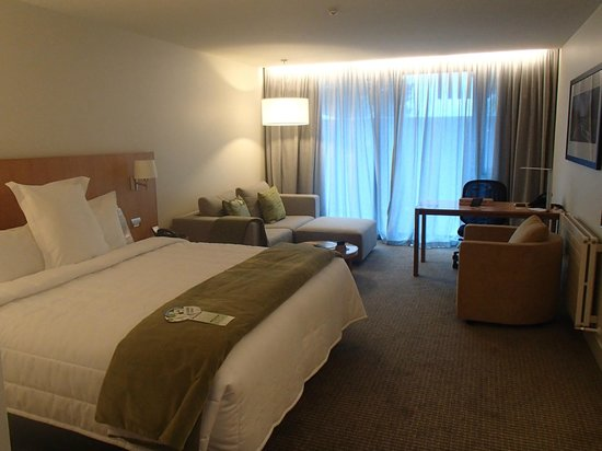 Commodore Airport Hotel, Christchurch: Bedroom in new Business Suites