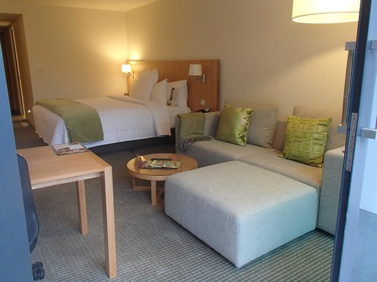 Commodore Airport Hotel, Christchurch: Corner couch and desk in new Business Suites