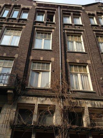 هوتل واشنطن: One room was on top floor, one on bottom, & one next door!