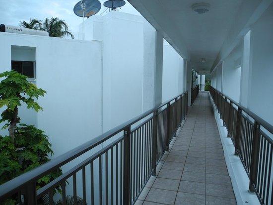 Roydon Beachfront Apartments : passage way to elevated apartments