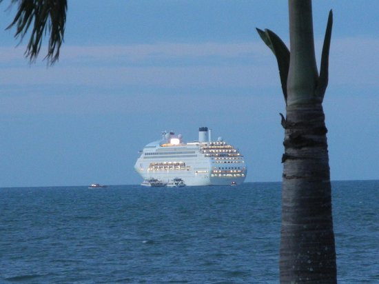 Roydon Beachfront Apartments : P & O cruise liner departing Cairns
