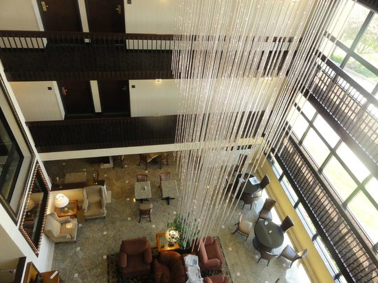 Drury Inn & Suites Champaign: Atrium area/eve/breakfast below