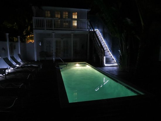 Olivia by Duval: Pool at night