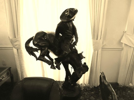 Best Western Plus Big America: Remington Sculpture in Lobby (I love Cowboy!)
