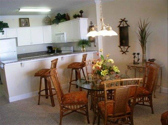 Emerald Isle Resort and Condominiums : kitchen/eating area