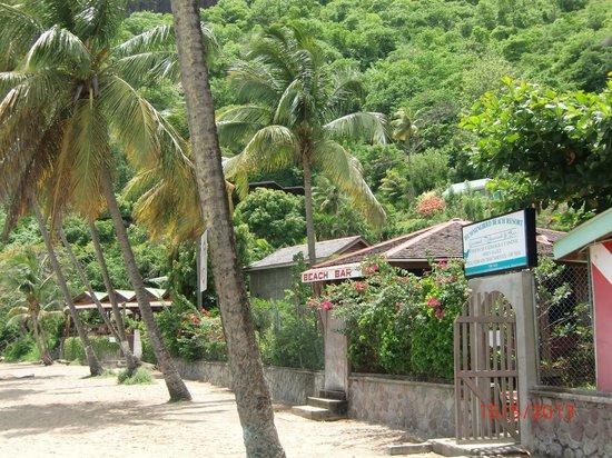 Hummingbird Beach Resort: am Strandeingang zum Hotel