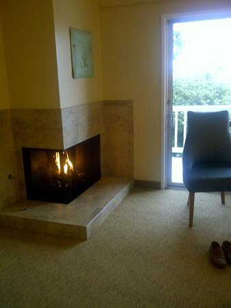 Best Western Plus Carmel Bay View Inn: Fireplace in room - wouldnt happen in Ontario, Canada
