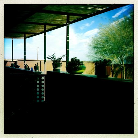 Mojave Sands: Morning view of the patio infront of the suites