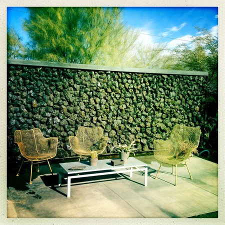 Mojave Sands: Pool and lounge area and rock wall of water in the morning