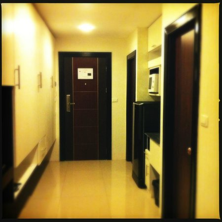 Rashmi's Plaza Hotel: Spacious entrance and closet area