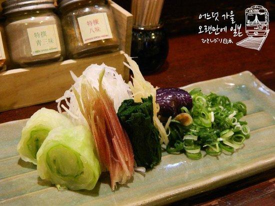 Myoudai Omen Ginkakuji Honten: 배추,가지,파,무우,생강 등이 아삭아삭 씹히는 맛을 더해 오멘우동은 한층 더 화려해진다