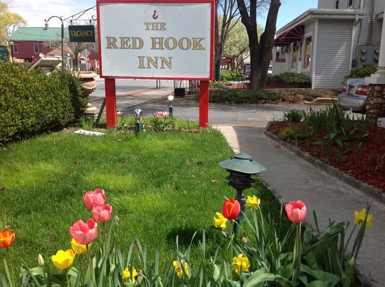 The Red Hook Country  Inn: Spring 2013 front flowers blooming