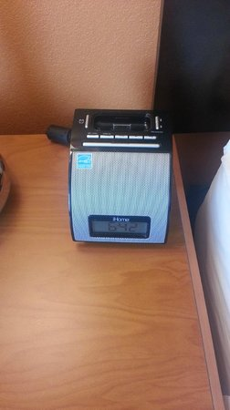 Fairfield Inn Manhattan: iPod/iPhone dock - too bad we don't use iPhones!