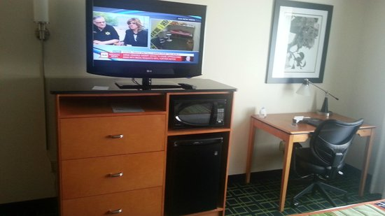 Fairfield Inn Manhattan: Nice work space plus TV/Microwave/Fridge.
