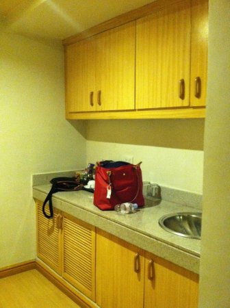 G Hotel Manila by Waterfront: Kitchen sink and closet area