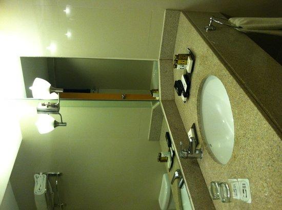 G Hotel Manila by Waterfront: Bathroom