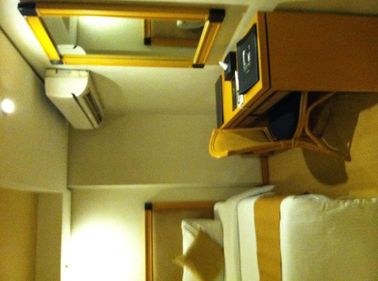 G Hotel Manila by Waterfront: Desk and huge A/C in the room