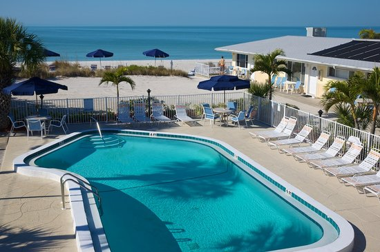 White Sands Beach Resort: Pool and beach from unit 11 & 12
